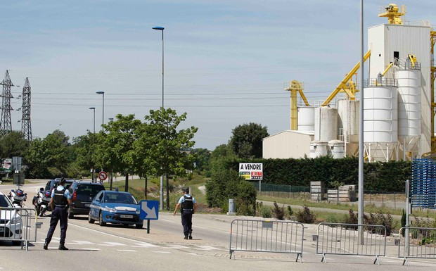 French+Gendarmes+block+the+access+road+to+the+industrial+area+of+Saint-Quentin-Fallavier