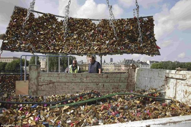 Removal-of-locks-In-Paris-2-610x407