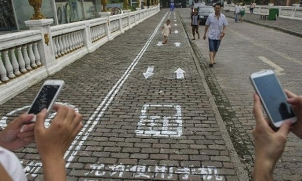 chinese-pedestrians-get-phone-lane-to-walk-and-text