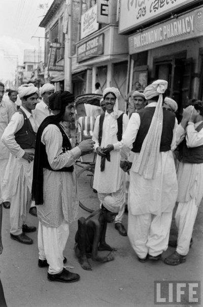 আড্ডায়-মশগুল-একদল-কাবুলিওয়ালা-ঢাকা-১৯৫৪