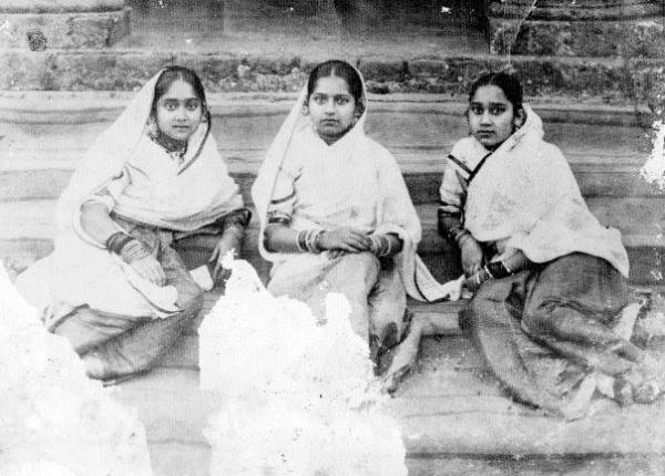 1915-Nawabzadis-Bilquis-Bano-Badshah-Bano-and-Amina-Bano-three-sisters-of-Nawab-Salimullah.-Dhaka