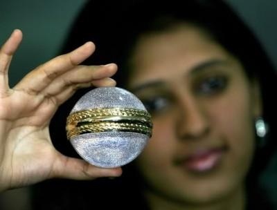 HELLOPOP_1421584768_3-8._Gitanjali_Gems_Limited_cricket_ball_–_68,500