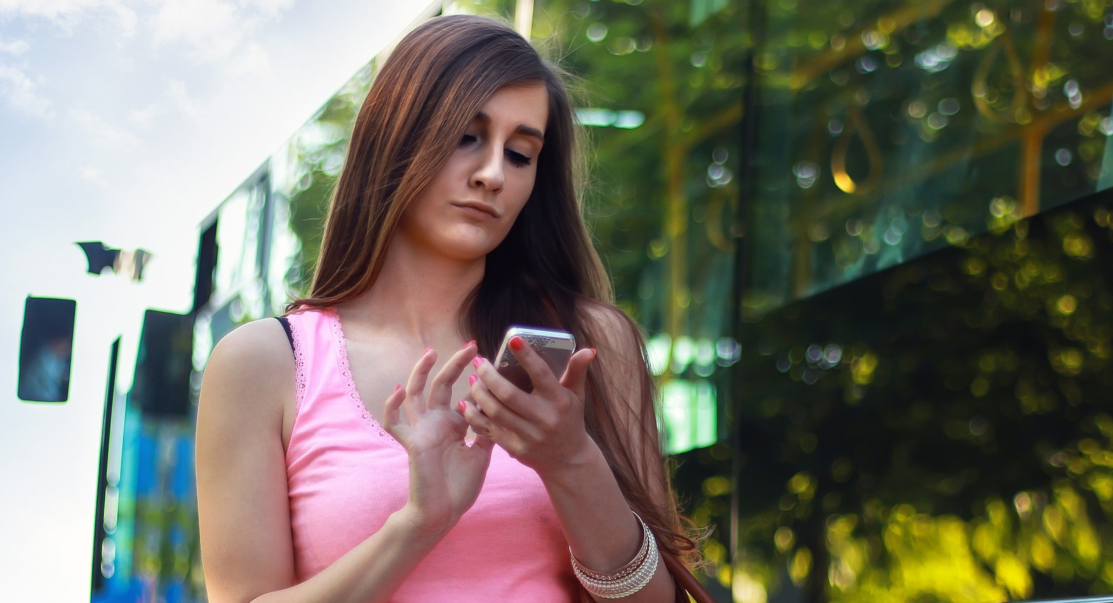 woman_using_smartphone
