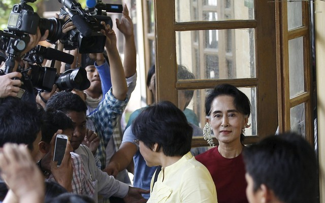 Myanmar+pro-democracy+leader+Aung+San+Suu+Kyi+smiles+at+supporters+as+she+visits+polling+stations