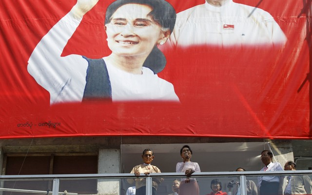 Suu+Kyi+speaks+to+supporters