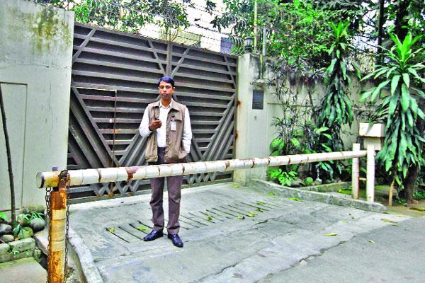 খালেদা জিয়ার বাসভবন 'ফিরোজা'তে প্রহরায় নিজস্ব নিরাপত্তাকর্মী