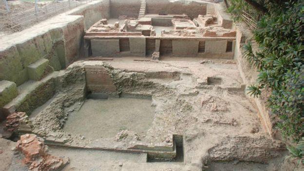 160131064314_bd_ancient_temple_munshiganj_640x360_bbc_nocredit