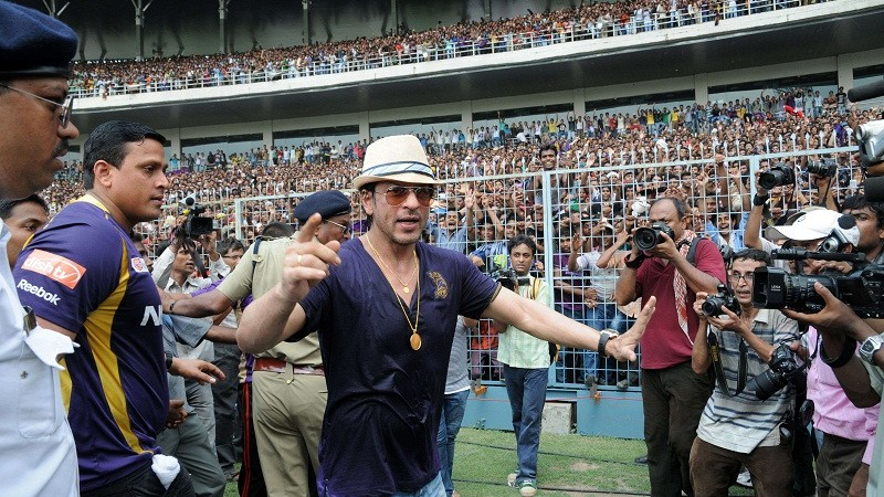 Owner of Kolkata Knight Riders Shah Rukh Khan (C) acknowledges the crowd during victory celebrations following the Kolkata Knight Riders winning the IPL Twenty20 cricket tournament, at Eden Gardens in Kolkata on May 29, 2012.   Kolkata Knight Riders claimed victory in the annual IPL Twenty20 cricket tournament final on May 27, beating defending champions Chennai Super Kings by five wickets. AFP PHOTO/STR