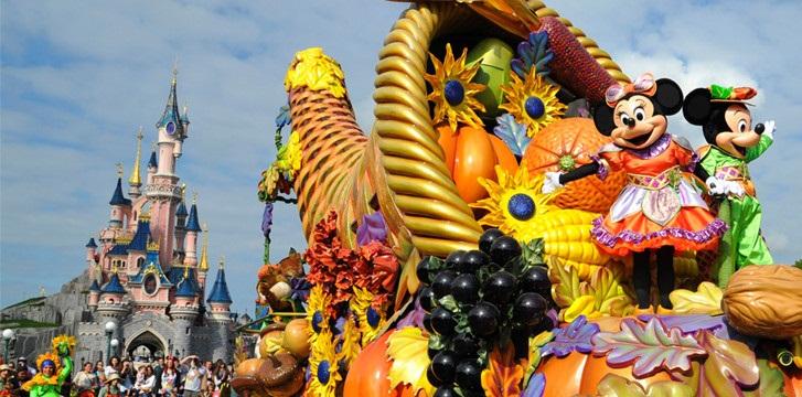n015764_2020oct07_halloween-parade-mickey-minnie_900x360