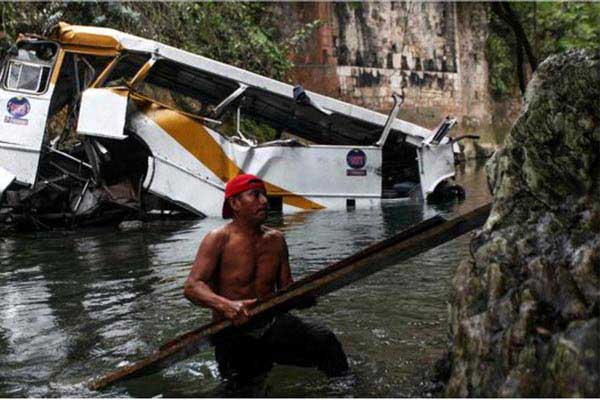 mexico-bus-lays-in-a-ravine_samakal_ap_185648