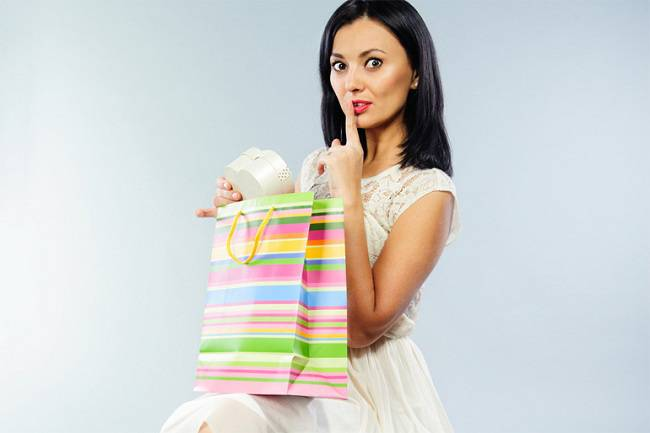 photodune-4149915-beautiful-girl-taking-out-her-present-from-shopping-bag-m-770x514
