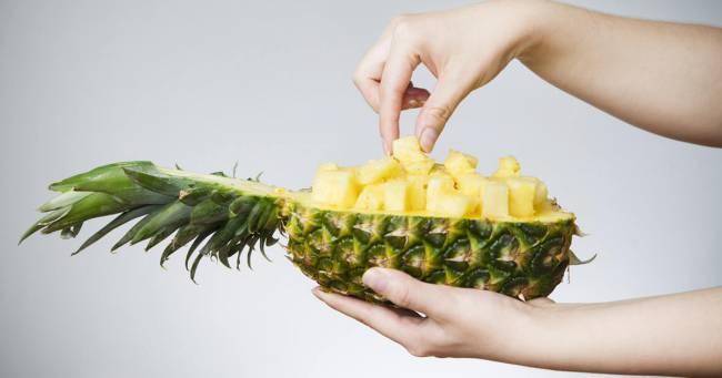 hands-holding-a-half-pineapple-fack