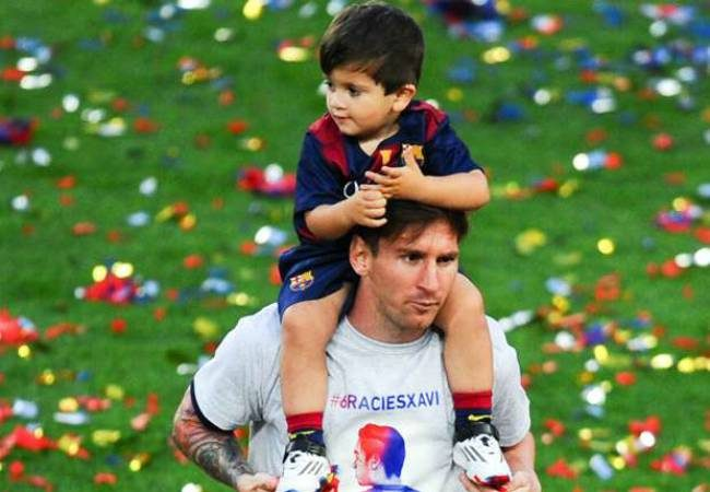 lionel-messi-and-his-son-thiago-celebrating-the-title-of-la-liga-in-camp-nou-23052015_u9eifaluxrbb1sqjha36vif1u_0