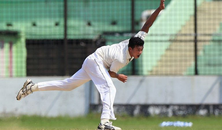 Bangladesh Cricket Board XI cricketer Taskin Ahmed delivers a ball during the warm-up match between England and the Bangladesh Cricket Board XI at the MA Aziz Stadium in Chittagong on October 17, 2016. / AFP PHOTO / STR