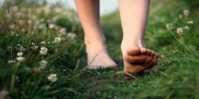 71312-barefoot-on-the-grass